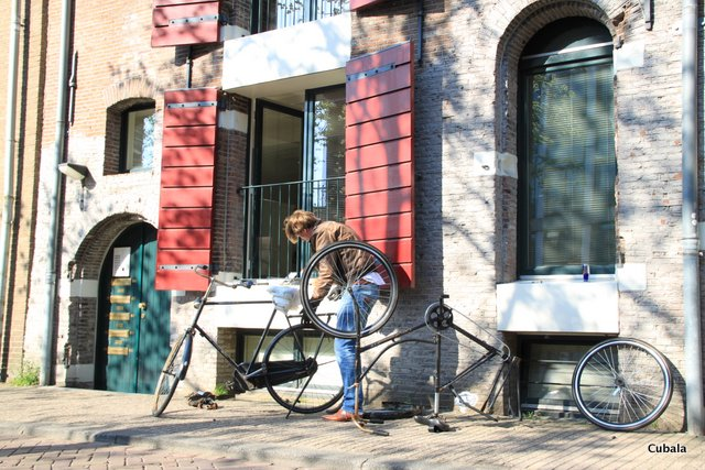 Des vélos partout même en réparation